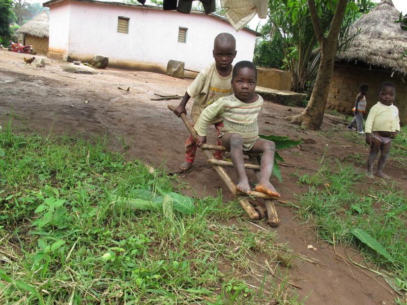 Prawdziwe oblicze ubóstwa - prymitywne zabawki dzieci w Afryce